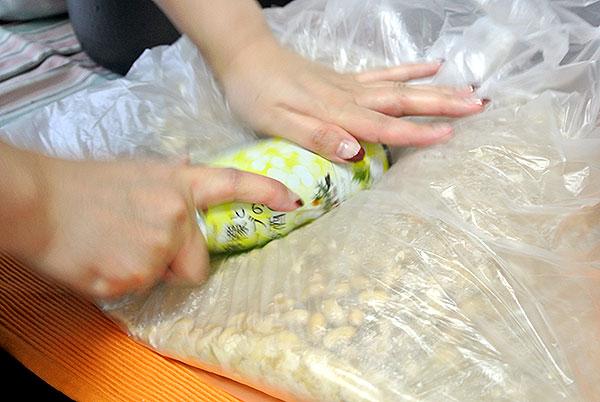 煮た大豆を潰して行く。味噌作りは体力!