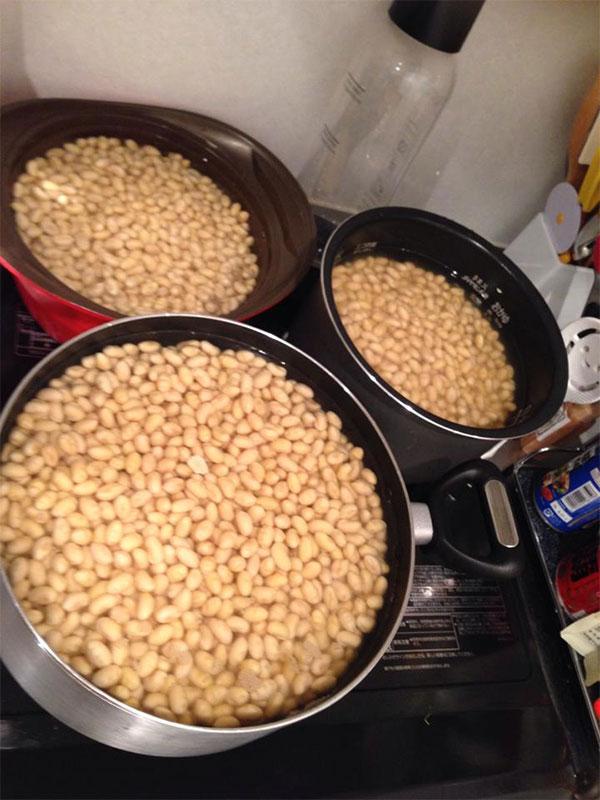 お水に浸かった大豆たち。どんどん膨らむ!