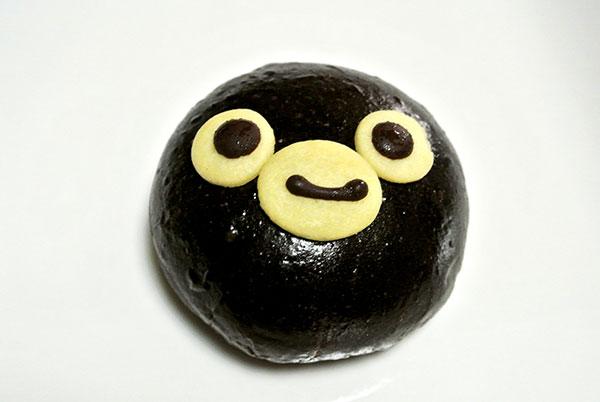 Suicaのペンギンパンを買ったらただの崩れた黒パンだった(笑)